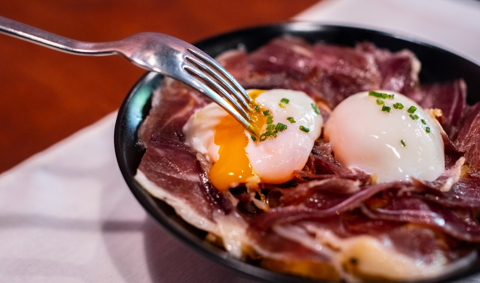 Huevos,_Sin_Romper,_con_Patatas_y_Jamón_