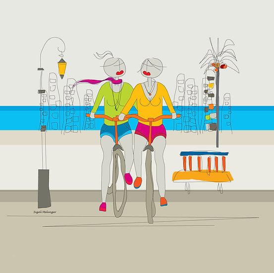 ציור אהובות רוכבות על אופניים ליד הים