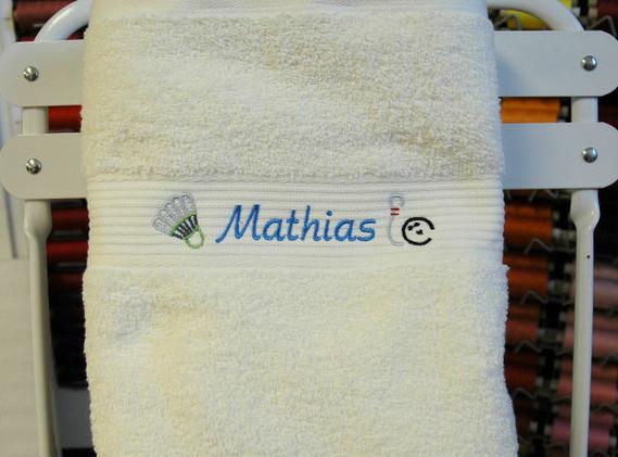 Håndklædemed navn og små broderier.jpg
