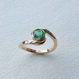 9ct gold and emerald set ring, set with two small diamonds on shoulders.