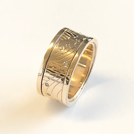 Hand engraved diamond and gold spinning ring