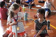 夏休み英語キャンプ_外国人の子どもと日本人の子どもが一緒に遊ぶ様子の写真