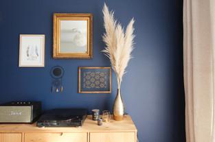 Grand mur bleu décoré.jpg