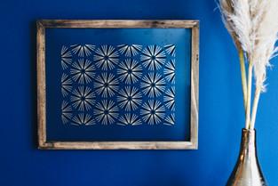 Joli cadre bois et or sur mur bleu