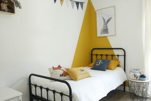 Une chambre d'enfant jaune