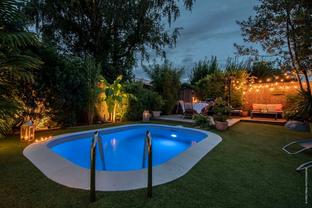 Piscine et jardin de nuit