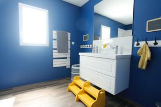 Jaune et bleu dans une salle de bain d'enfant