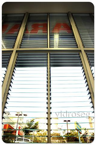 Venezianas de vidro para a Drogaria Araújo Gutierrez, em BH