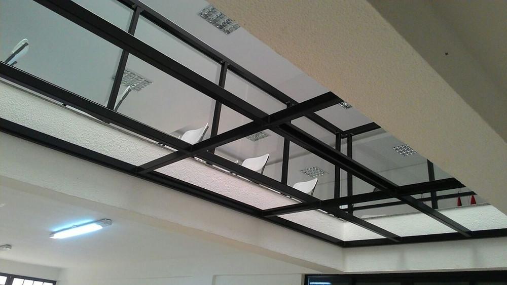 Teto de vidro com estrutura de aço carbono