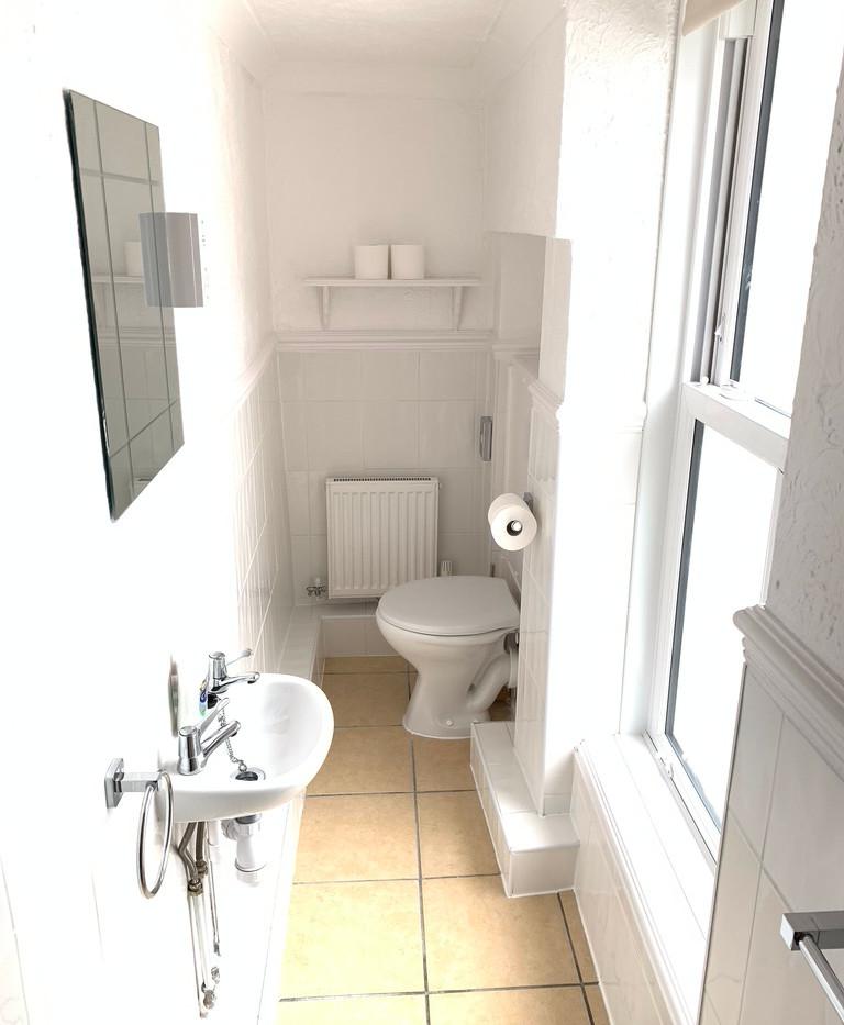 Room 7 - Bathroom