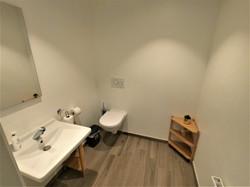 Accès personnes à mobilité réduite dans tout le cabinet dont des toilettes avec tout le confort néce