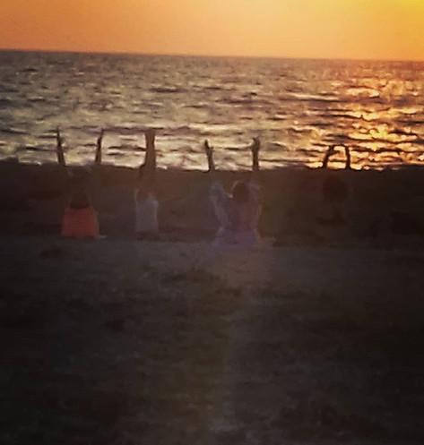 #sunsetyoga#beachyoga#essentialoilsforli