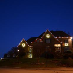 Red & White C9 LED Roof Line with LED Wreaths