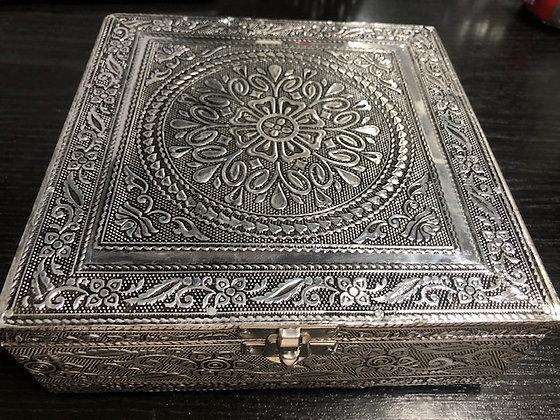 Caja metal plateada