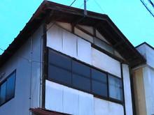 福島の山あいの集落の空き家で、今は荷物置き場になってます