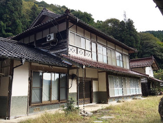 両親が暮らしていた人里離れた集落の母屋他、目の前に小川、裏山からは沸き清水が注ぎ蕎麦屋やアトリエなどに最適です