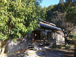 木漏れ日が縁側に落ち自然と調和した風情漂う古民家、自分で改装しようとスケルトンにした状態のまま売ります