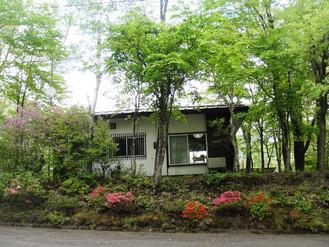 草津温泉に近い別荘地のこじんまりとした山荘、テレワークや書斎、アトリエなどに最適です