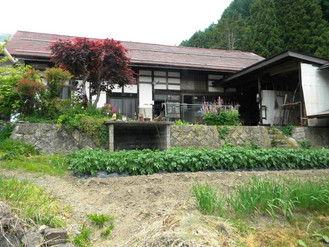 民泊で使ってきた戸隠の古民家、敷地内に畑と土蔵もついてます