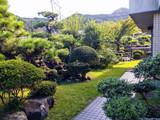 熱海の温泉を引かれた邸宅、庭園では季節の花々が楽しませてくれます