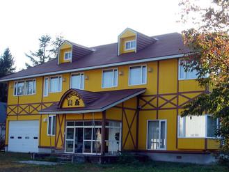 黄色い外観が印象的、安比高原のペンション売ります