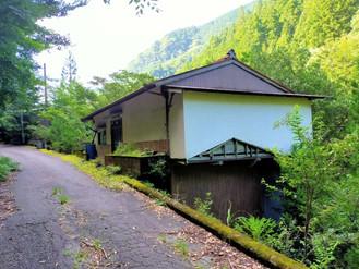 自然がいっぱいの山の家、谷川の流れが聞こえてきます