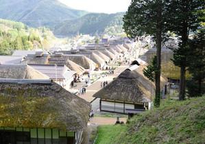 まるでテーマパークのような重要伝統的建築物群保存地区の大内宿