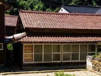 海辺近くの松江市の古民家、梁や柱が立派です