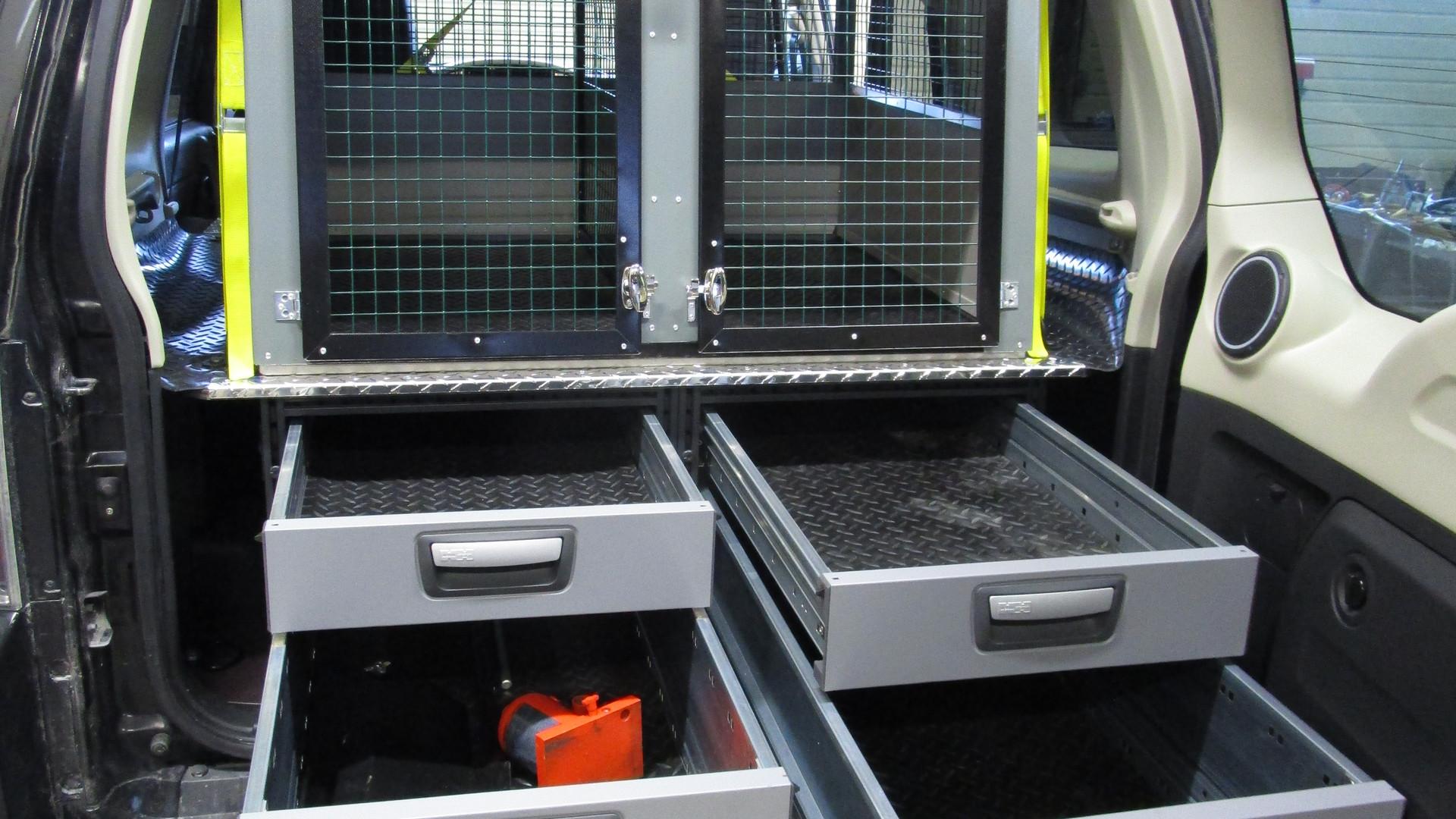 Innredning med skuffer og bur for sikker og godkjent dyretransport.
