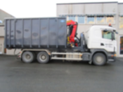 Krokløftramme med kran og container.
