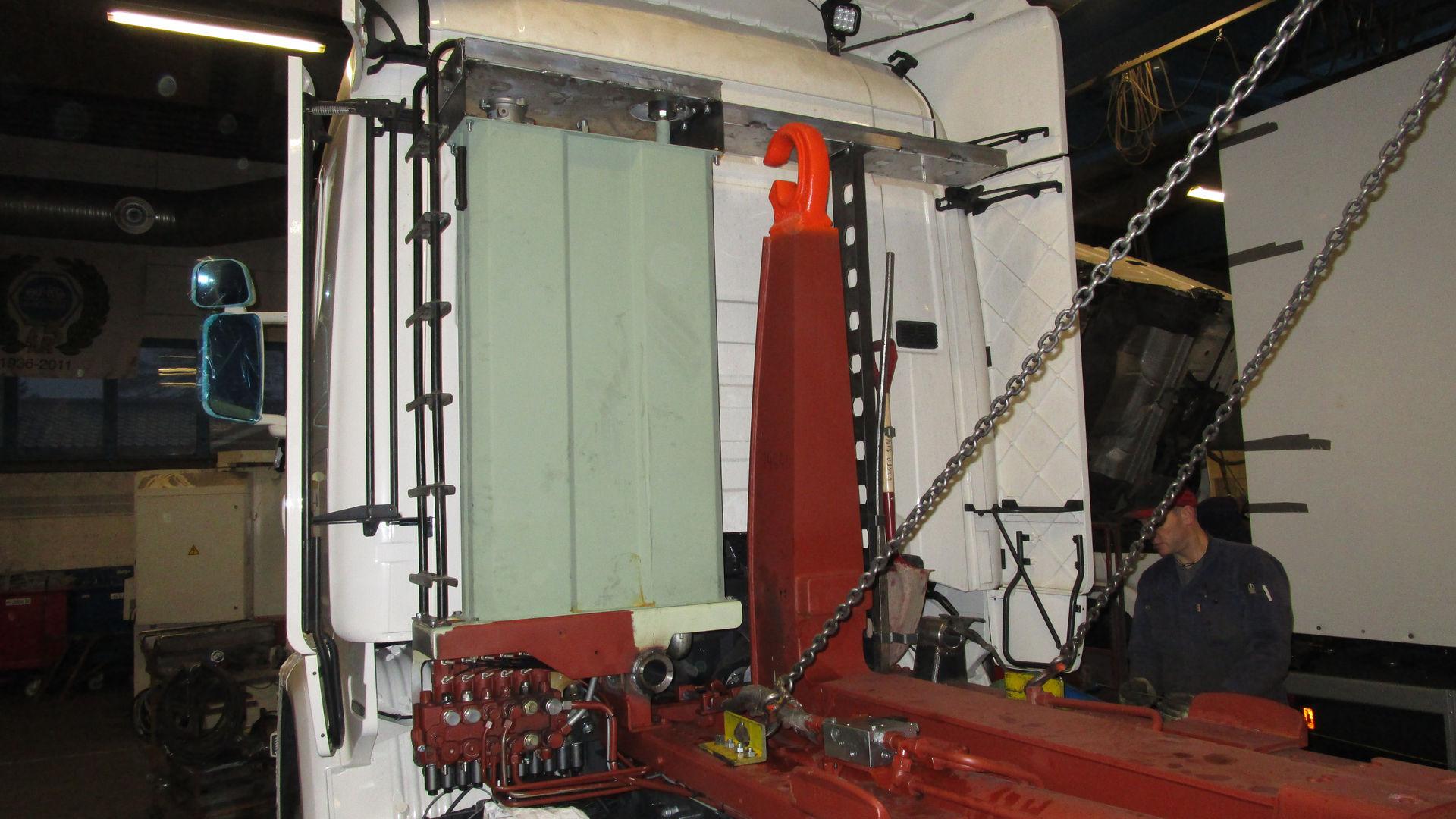 Krokløft med ferdigmontert og grunnet oljetank. Oljetanken produseres på bruket, og kan tilpasses etter behov.