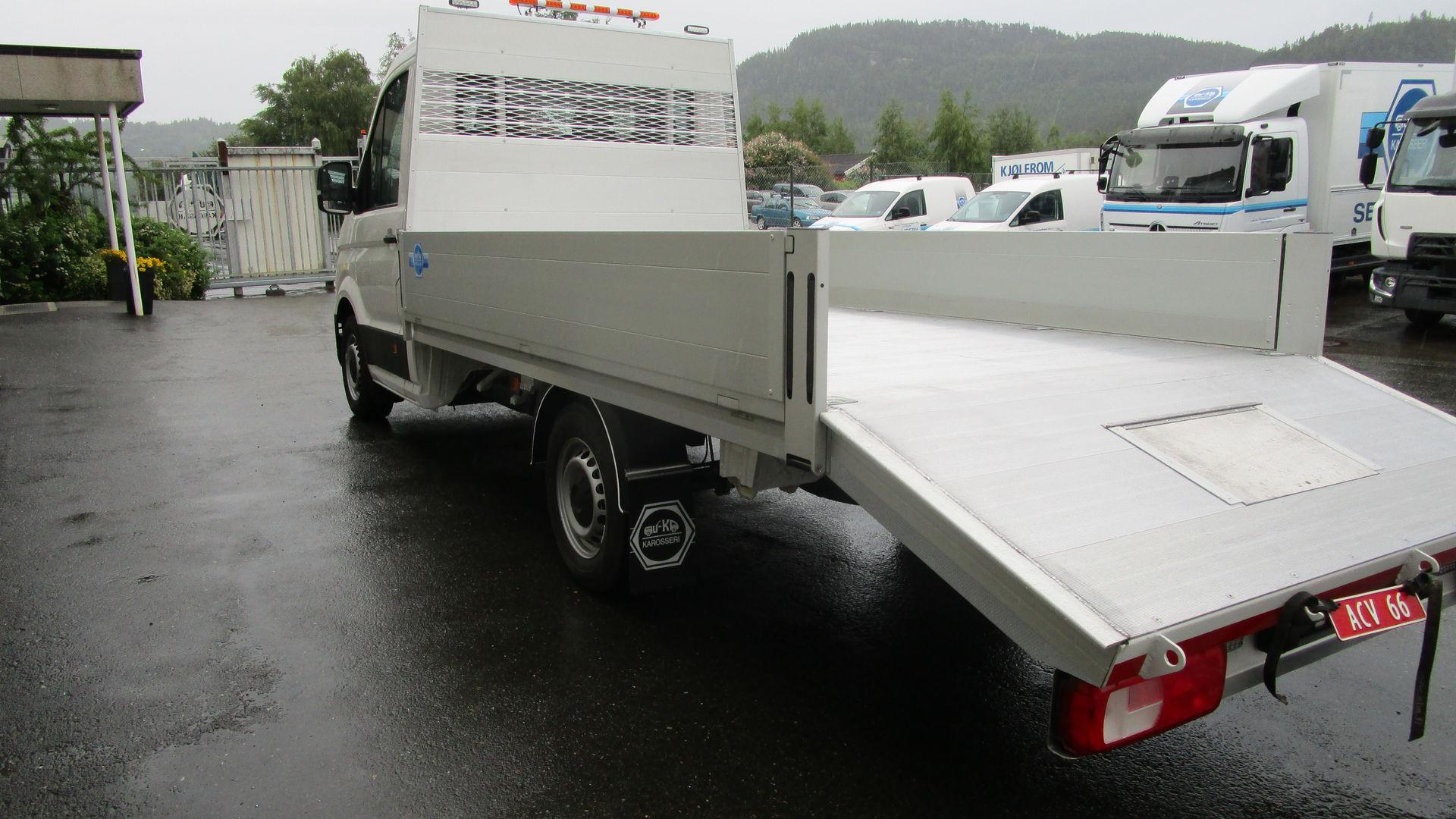 Liten aluminiums platting med skrå bak og luke til lasteramper.