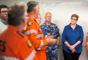 SES members brief Minister for Defence and Chief of Defence Force following Cyclone Debbie [Image credit: Defence]
