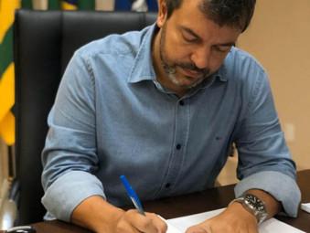 Prefeito Vinícius Luz sanciona aumento de 12,84% no piso salarial dos professores e chega a 23,82% d