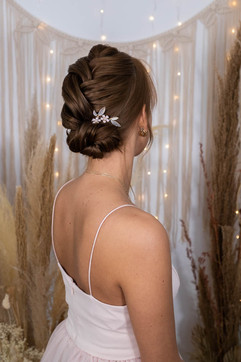 Hochsteckfrisur für die Hochzeit mit Haarschmuck Essen