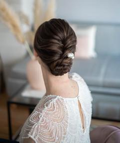 Klassische Hochsteckfrisur mit Brautschmuck für die Hochzeit
