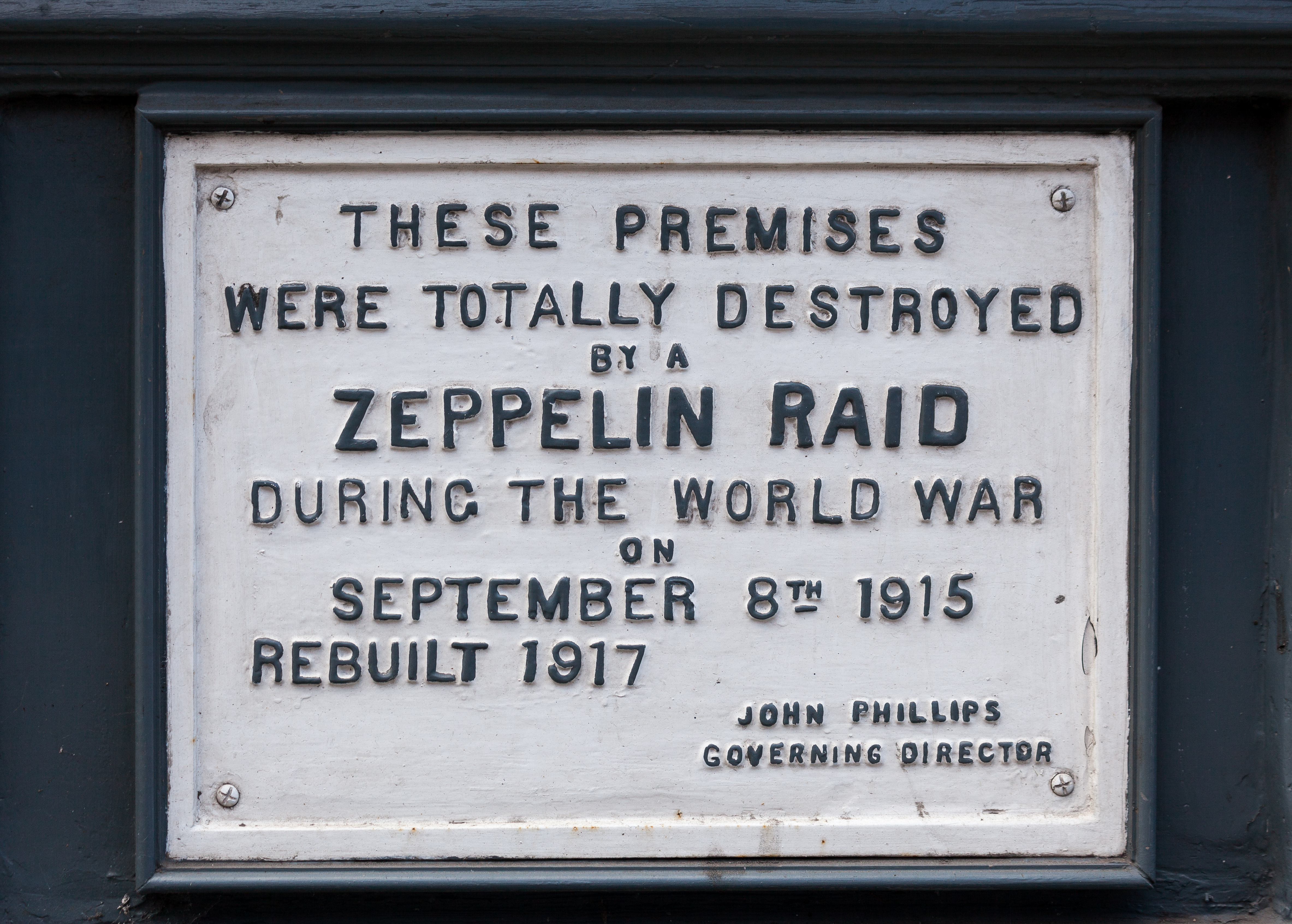 Zeppelin_Raid_plaque,_61_Farringdon_Road,_London,_England,_IMG_5217_edit