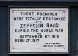 Zeppelin_Raid_plaque,_61_Farringdon_Road,_London,_England,_IMG_5217_edit