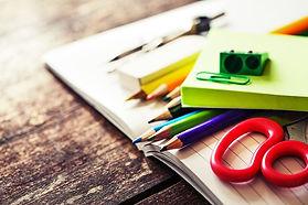 ノートと色鉛筆とはさみ