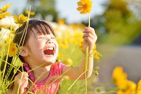 花を持った喜ぶ女の子