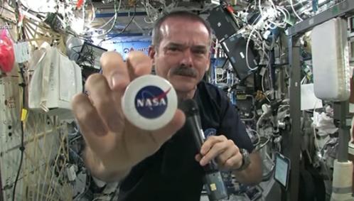 จะเป็นยังไงเมื่อนักบินอวกาศโชว์บิดผ้าเปียกน้ำ แบบไร้แรงโน้มถ่วง