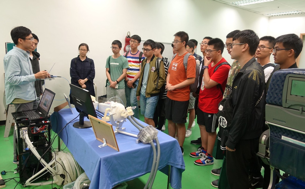 A group of teachers and students from School of Mechanical Engineering, Zhejiang University (浙江大學機械工程學院) visited our lab.