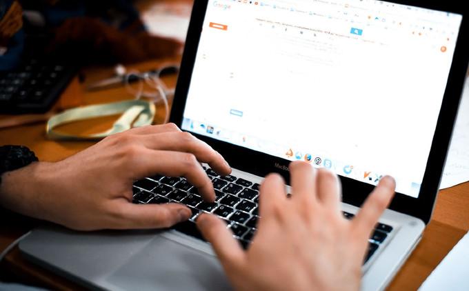 Медведев предложил обязать хостинги ограничивать доступ к сайтам, продающим поддельные документы