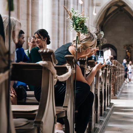 Hochzeit-Fotografie-Kirche-Gaeste.jpg