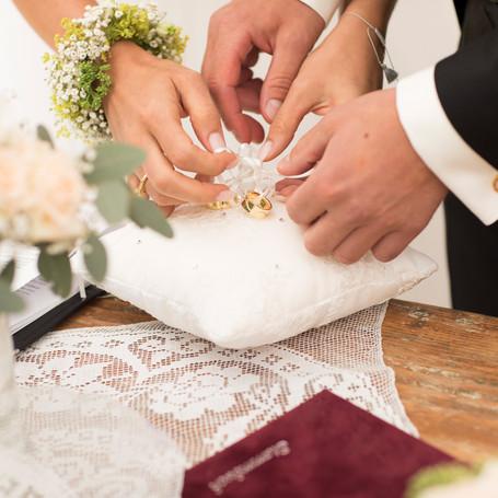 Hochzeit-Fotografie-Eheringe-Kissen.jpg