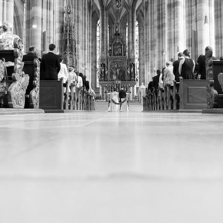 Hochzeit-Fotografie-Kirche-Schwarz-Weiß.jpg