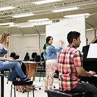 Étudiants en salle de musique