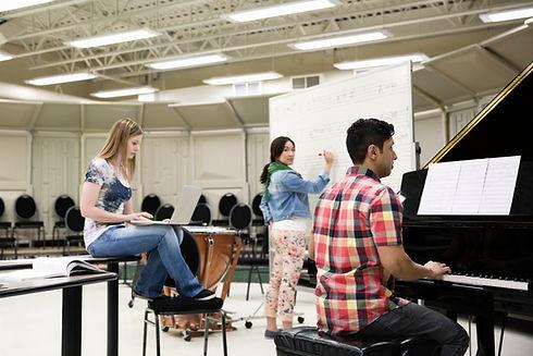 Студенты в музыкальной комнате