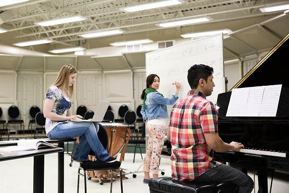Studenci w pokoju muzycznym