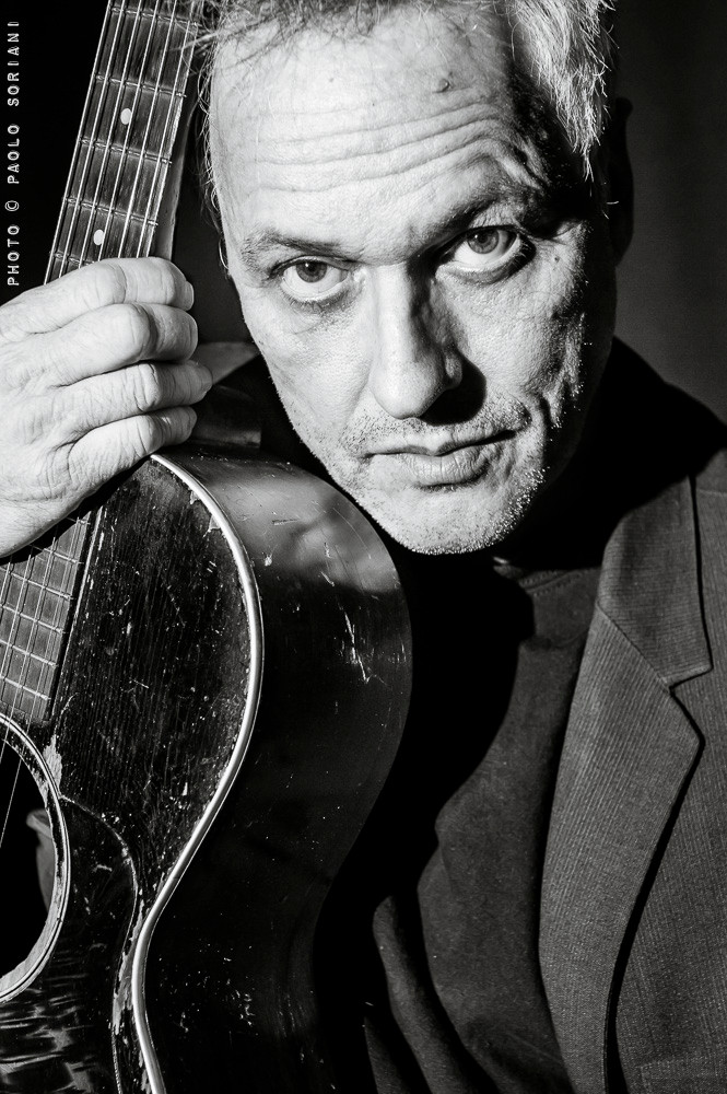 Marc Ribot went in Roma for a solo concert at Monk Club. With his acoustic guitar and many devices and strange toys he offered a two set gig really stunning! He has been really kind and let me take some portraits after the soundcheck. Another exciting meeting...